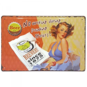 plaque metal deco en relief pin-up biere